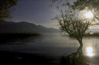 Detectan una peligrosa bacteria en las aguas del lago guatemalteco de Atitlán. EFE
