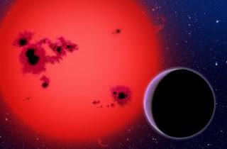 Representación artística de GJ1214b pasando por delante de su estrella. Con 6,5 masas terrestres, es la primera supertierra oceánica detectada. DAVID A. AGUILAR/CFA