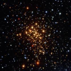 Imagen en visible del cúmulo estelar Westerlund 1, en el que la mayor parte de las estrellas son calientes súper gigantes azules. ESO