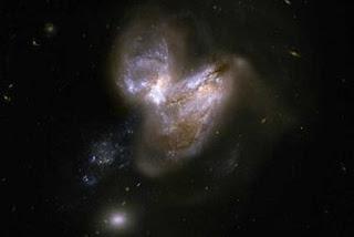 l par de galaxias en interacción Arp 299, formado por IC 694 y NGC 3690. NASA, ESA