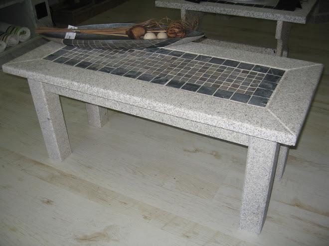 Mesa de piedra con mosaico de piedras indias