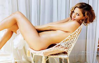 Eva Mendes auf Stuhl