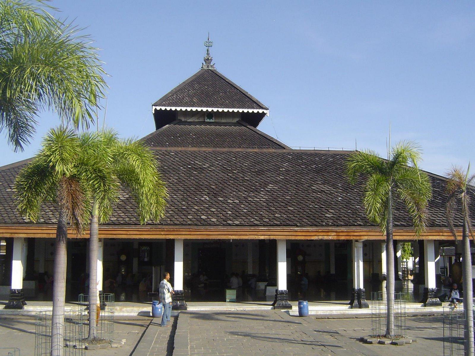masjid agung demak masjid tertua di pulau jawa ini terletak di pusat