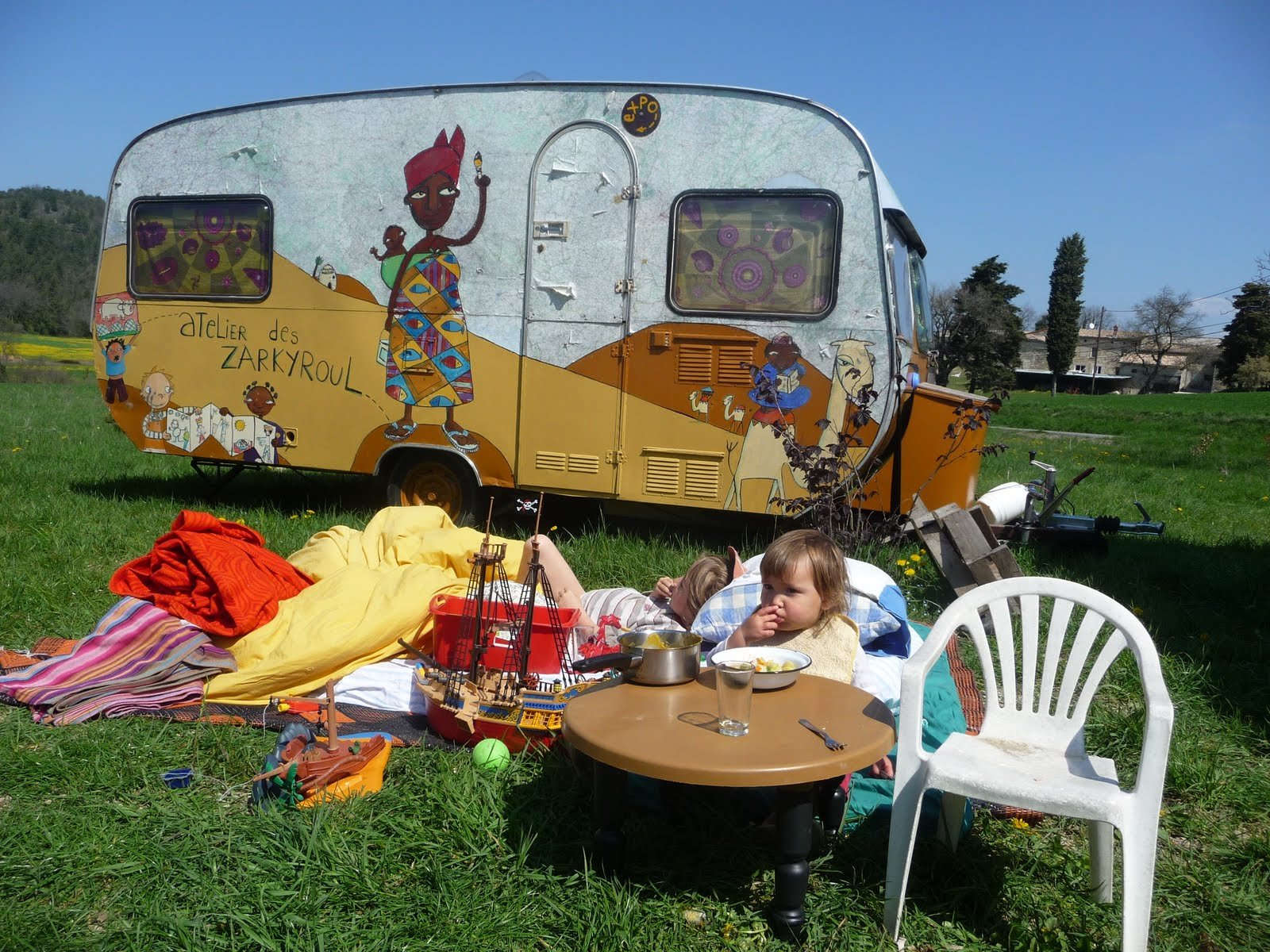 ATELIER DES ZARKYROUL: Restauration de la caravane en famille!