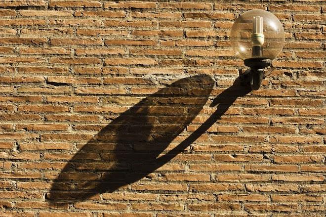 Elementos Urbanos: candeeiro e respectiva sombra – Granada, Espanha