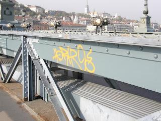 Lánchíd,  Chain Bridge, tag,  takarítás,  vandalizmus, Magyíarország, Hungary,  falfirka,  rongálás, Kettenbrücke, belváros, Duna