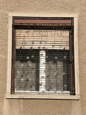 Budapest, Zugló, klerikális reakció, Bagolyvár utca, betörésvédelem, 23. zsoltár, street art, betörésgátló, ablakrács, XIV. kerület