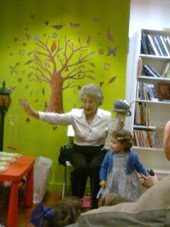 Ángela, con una niña y Alas de Acero