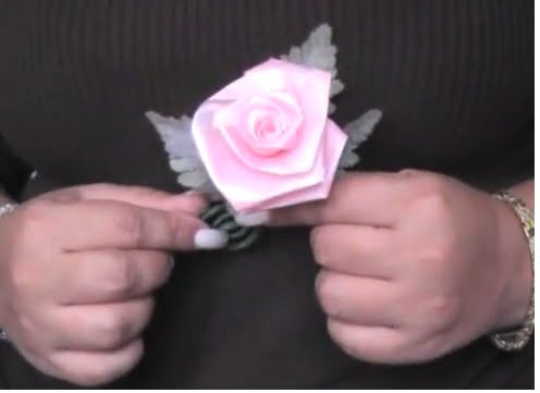 Como hacer una bonita rosa con listón,papel o cinta :