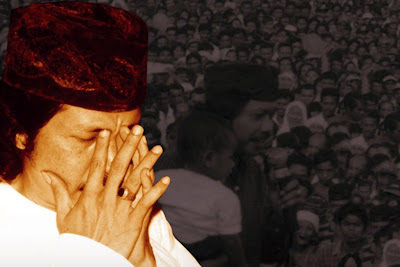 http://1.bp.blogspot.com/_DG6Hj5Ju3bU/SlG6CWjwqII/AAAAAAAAA7c/oEsk5BM4AfQ/s400/Emha+Ainun+Najib_1.jpg