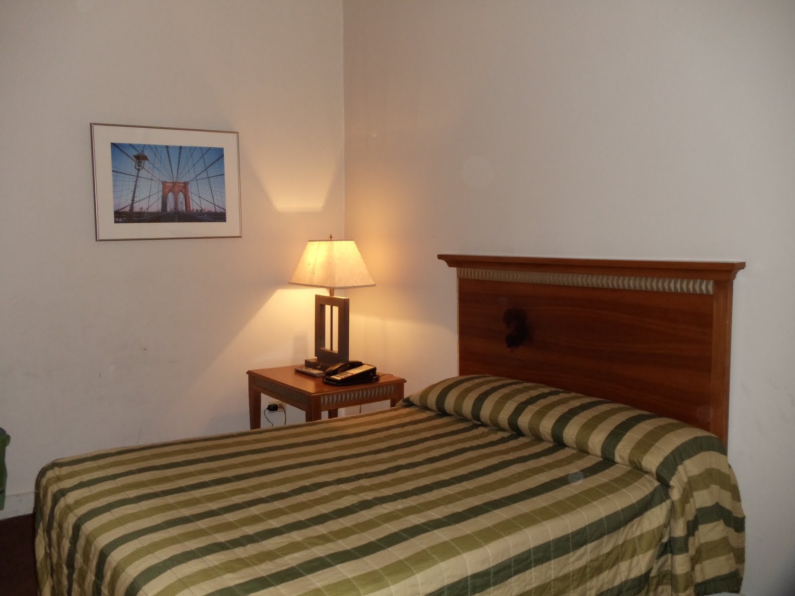 Nossa cama e a mesinha de cabeceira com o telefone #B47417 1600 1200