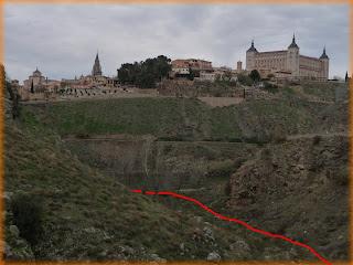 cogiendo el sendero dibujado en rojo, que parte desde el Puente de la Degollada llegaremos al río. A mano izquierda queda el Cerro del Bu.