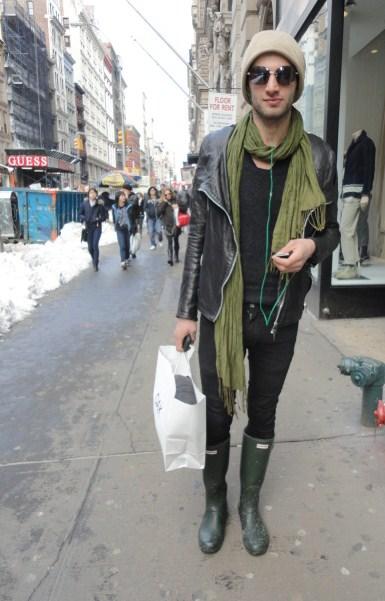 HUNTERのブーツを履く男性の画像
