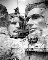 Le mont Rushmore en construction
