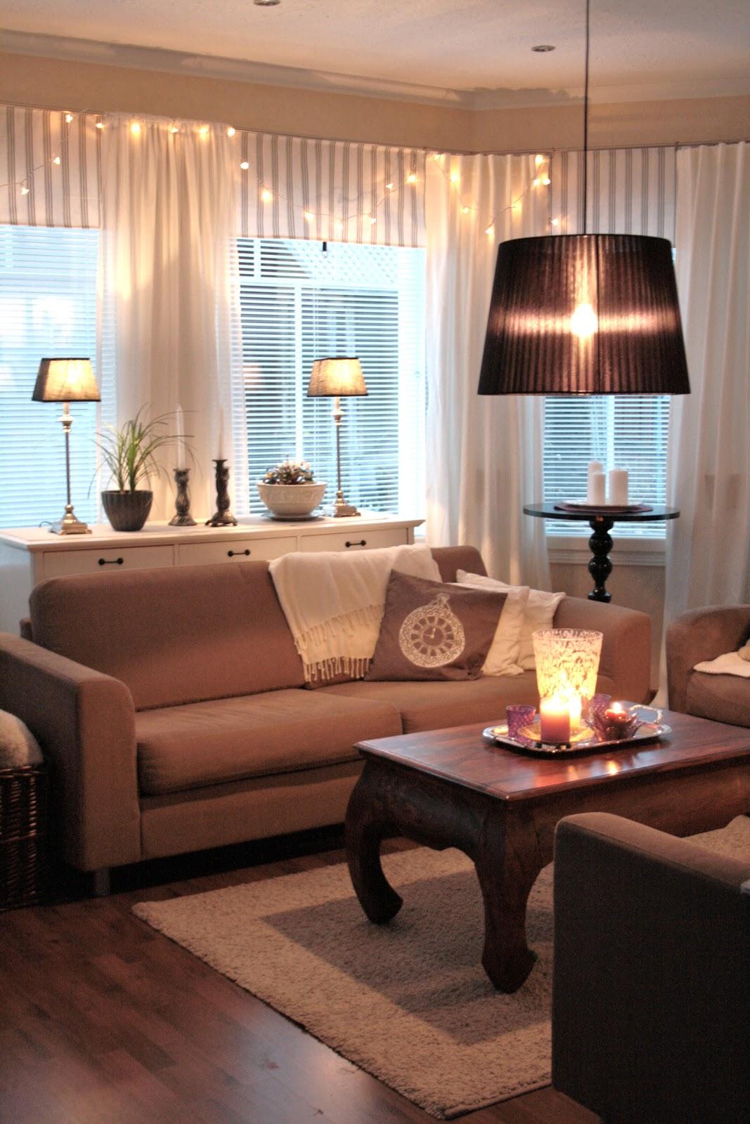 StrandviksVillan: Vardagsrummet med mysbelysning