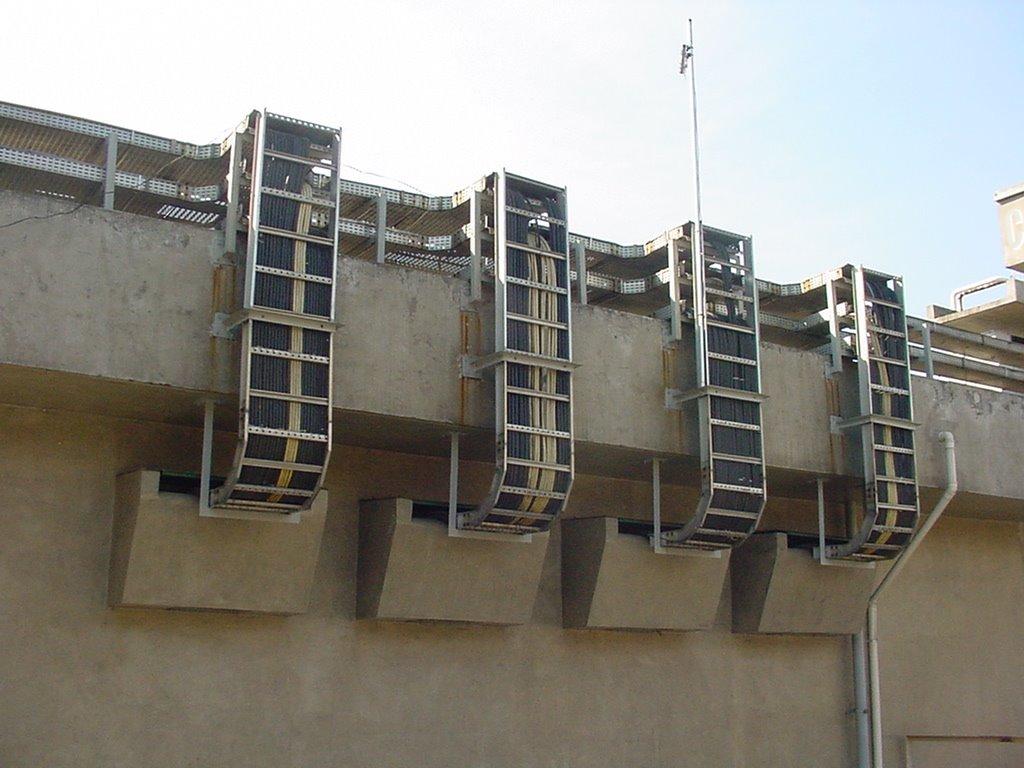 Caixas de areia para entrada de cabos para o interior de uma casa de controle em área classificada.