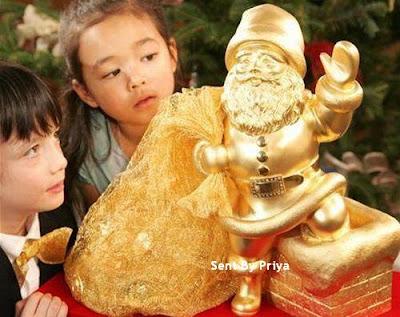 Gold Statue of Santa 01