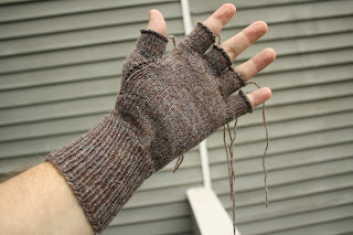 Finished the first glove and started on the second one (a few ends to