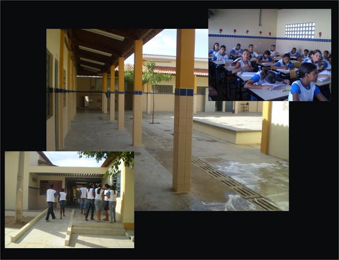 Pátio, alunos e entrada da escola