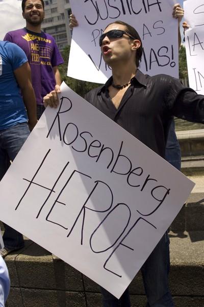 Ved demonstration nævnes Rodrigo Rosenberg som helt (martyr)