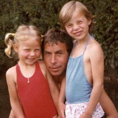 John Huff mellem sine små døtre