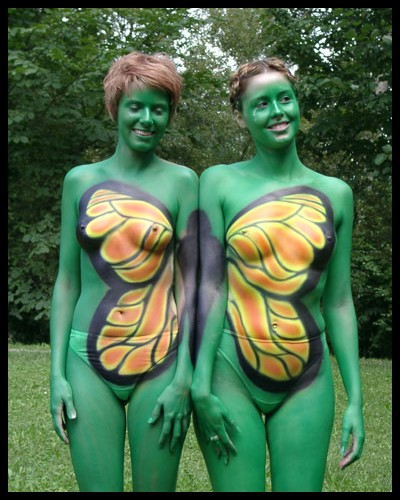 Sommerfugle-vinger som kropsmaling på to piger