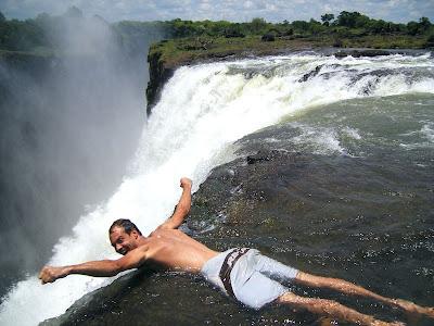 Klar til at flyve ud over kanten på Victoria Falls