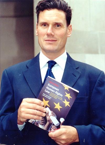 Keir Starmer med sin bog 'European Human Rights Law'