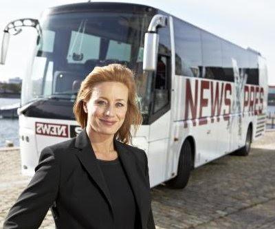 Katrine Hertz Mortensen foran TV2 News Xpres bussen