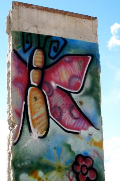 En sommerfugl på Berlin-muren