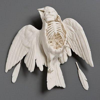 En spurv falder til jorden, skulptur i porcelæn