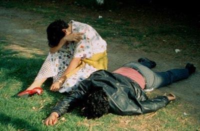 Enrique Metinides: Grædende pige med kæreste stukket ned af røver