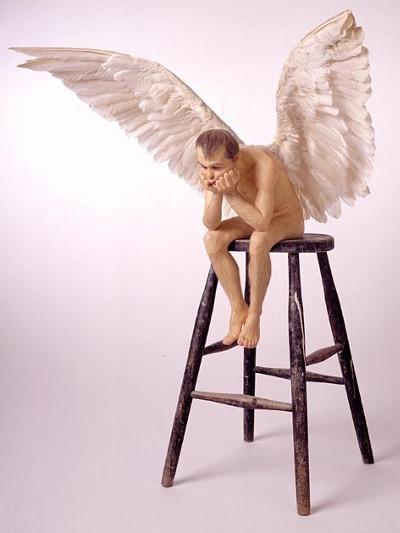 Lysets engel sidder tungt på sin piedestal