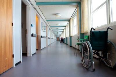 En lang og gold gang på et plejehjem