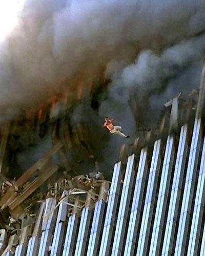 Mand springer ud fra inferno i World Trade Center 2001