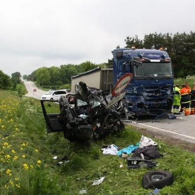 Bil knust mod modkørende lastbil