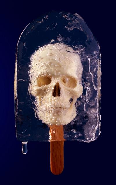 Indefrosset kranium på ispind