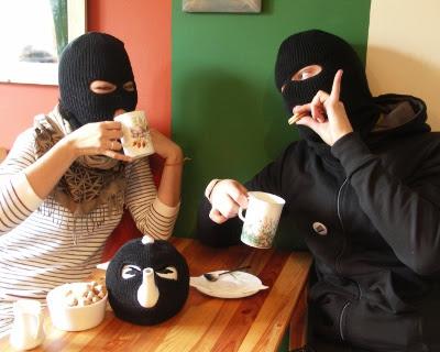 To små terrorister holder planlægningsmøde med varm te