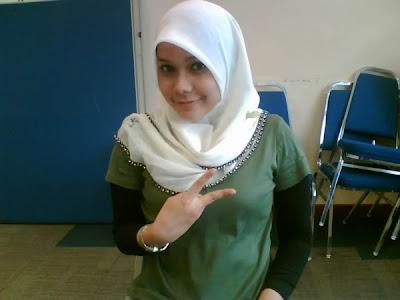 Gadis Melayu Tudung Anggun