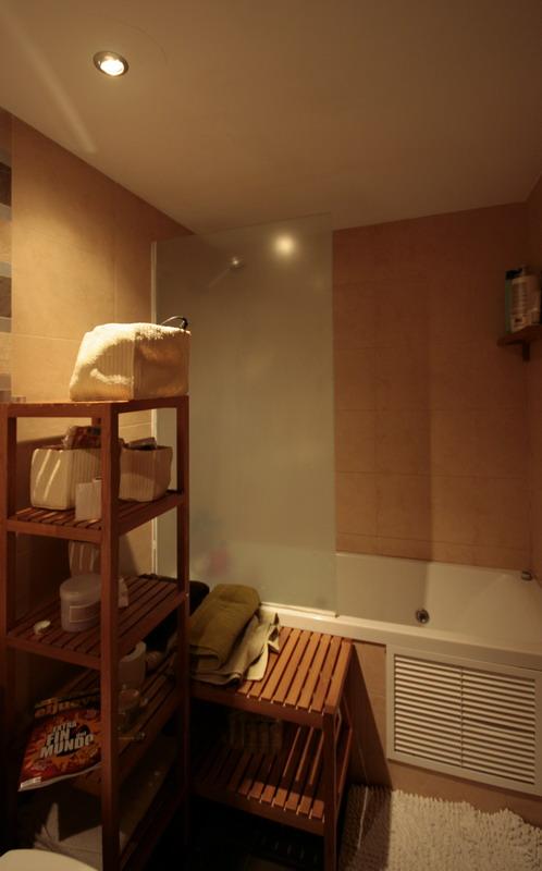 El muro azul arquitectos reforma de apartamento low cost for Mamparas banera ikea