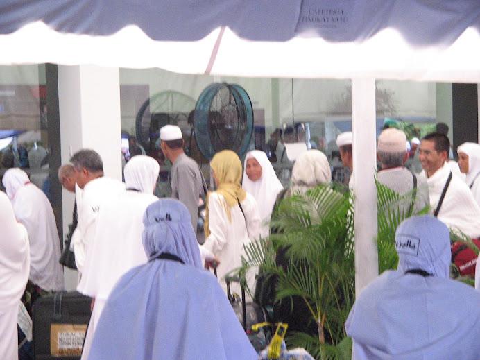 mak dan bapak di muka pintu utama jemaah haji Kelana Jaya