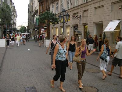 Vaci Utca, strada cu fete unguroaice deschise la aventuri