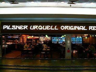 Imagini Praga: Berarie Pilsner Urquell din aeroport