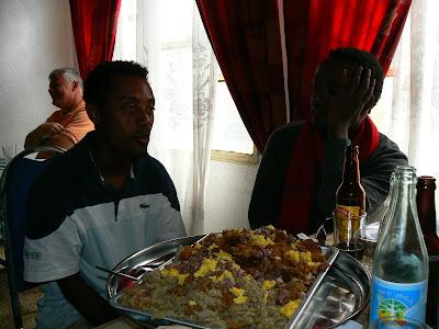 Mancare Etiopia: cu ghizii nostrii la restaurant in Aksum