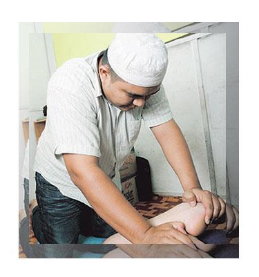 AHMAD menunjukkan teknik urutan pada bahagian kaki pelanggannya di ...