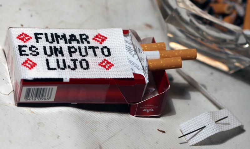 fumar es un puto lujo punto cruz