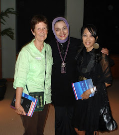 Prof. Elizabeth Collins dari Athens, Ohio, Ohio University, USA