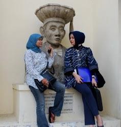 Bercengkrama di Halaman Depan Fakultas Hukum UGM Yogyakarta, Marissa Haque & Elis Anis