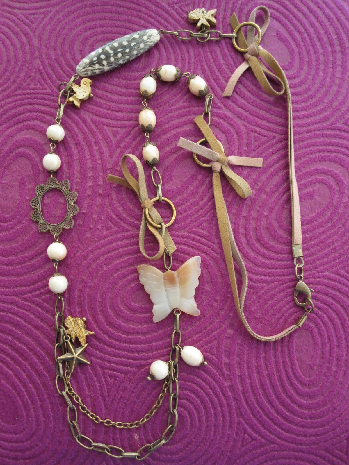 Collar largo en dorado antiguo con 2 tamaños de cadena, antelina rosa y marrón (parte superior con lazos en anillas unidas con cierre mosquetón y marrón en