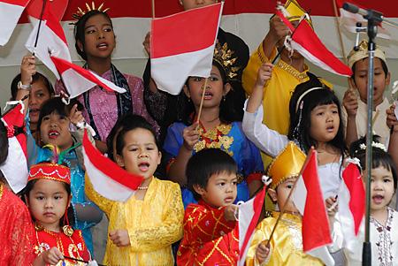 http://1.bp.blogspot.com/_DwUZ80dvJF4/TTCA7Uoa6_I/AAAAAAAAAGY/25dPXvmILv4/s1600/100+ciri+warga+Indonesia.jpg